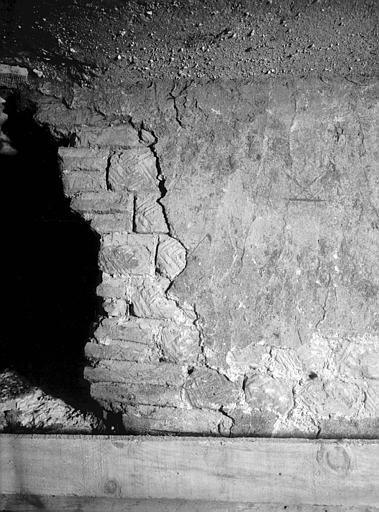 Salle O : mur avec enduit antique du passage de chaleur donnant sur l'hypocauste de la salle sud-ouest, fouilles de 1952