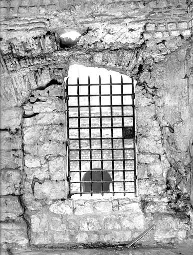 Salle J : portes sur les caves détruites de la salle A