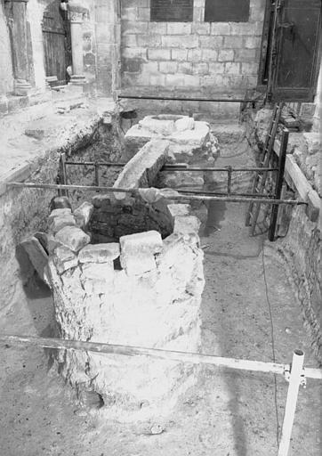 Crypte carolingienne : ensemble du puisard, du déversoir et du puits, vers l'ouest