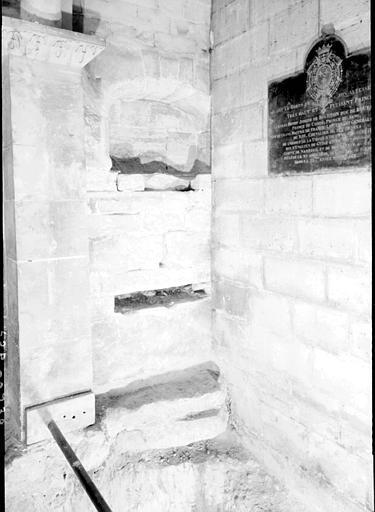 Crypte carolingienne sur la partie est : assises de diverses époques et niche du 16e siècle
