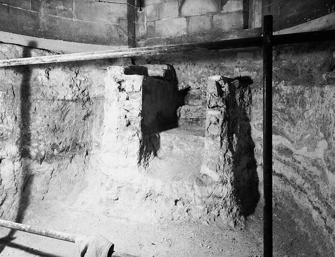 Crypte carolingienne partie est : emmarchement bordé de murettes
