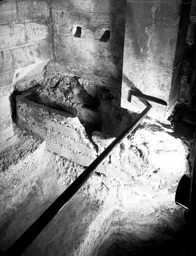 Crypte carolingienne : sarcophage formé d'éléments romains encastrés dans l'angle nord-ouest, vu depuis le puits