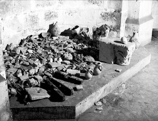 Crypte carolingienne : poteries et débris de poterie et ferraille extraits du puits en octobre 1952