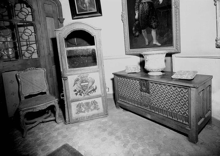 Coffre de la fin du gothique, chaise et chaise à porteurs, situés dans le vestibule d'entrée