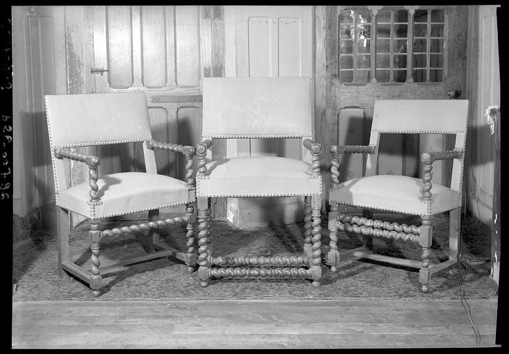 Trois fauteuils Louis XIII  en bois et tissu, situés dans la Grande Galerie du premier étage
