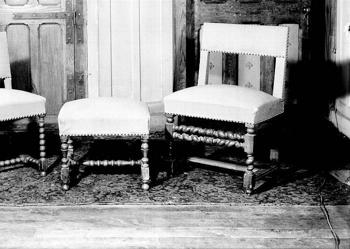Deux chaises et un tabouret d'époque Louis XIII en bois et tissu, situés dans la Grande Galerie du premier étage