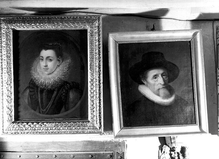 Portrait d'homme en buste et portrait de femme en buste, copies de tableaux d'époque Louis XIII, situés dans la Grande Galerie du premier étage