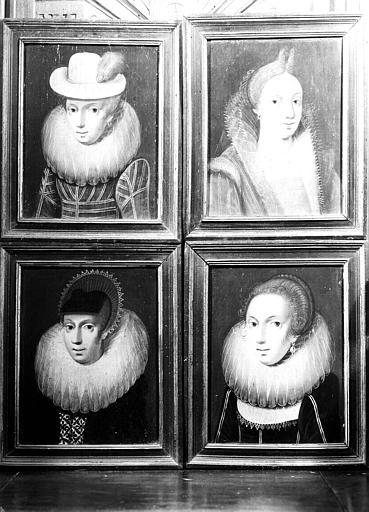Quatre panneaux peints en très mauvais état, situés dans la Grande Galerie du premier étage : portraits de femmes