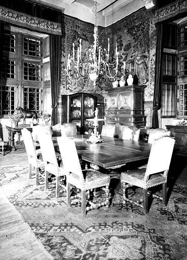 Vue d'ensemble : chaises Louis XIII et lustre hollandais en cuivre, situés dans la Salle à manger
