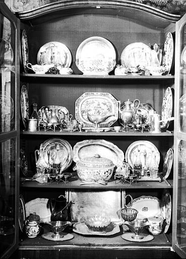 Vaisselier avec argenterie et porcelaines, situé dans la Salle à manger