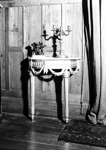 Console en bois doré, époque Louis XVI, située dans le Grand Salon
