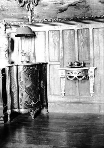 Encoignure en bois et appliques en bronze époque Louis XV, petite console empire, situées dans le Grand Salon