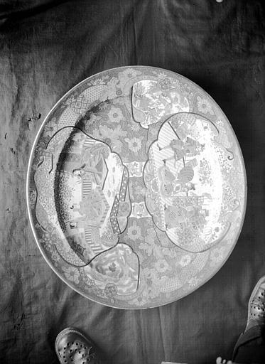 Plat ovale en porcelaine de Chine, situé dans le Grand Salon