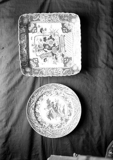 Plat rond et plat carré en porcelaine de Chine, situés dans le Grand Salon