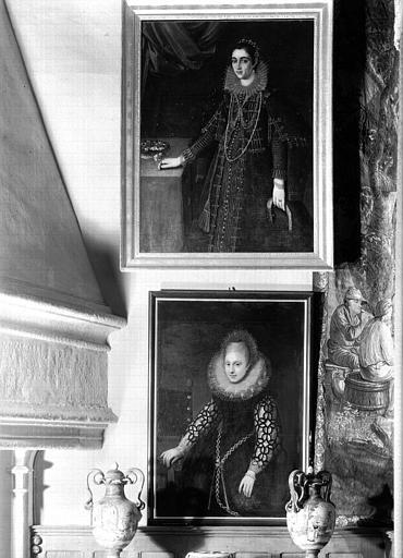 Peintures sur toile situées dans le Grand Salon : deux portraits de femmes