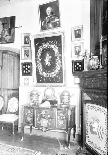 Ensemble avec petite commode et pendule Louis XVI, situé dans le Petit Salon