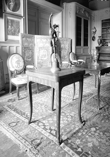Table à jeu Louis XV située dans le Petit Salon