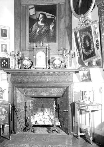 Console en bois doré, glace avec cadre en bois doré, candélabres en bronze époque Louis XVI, situés dans le Petit Salon