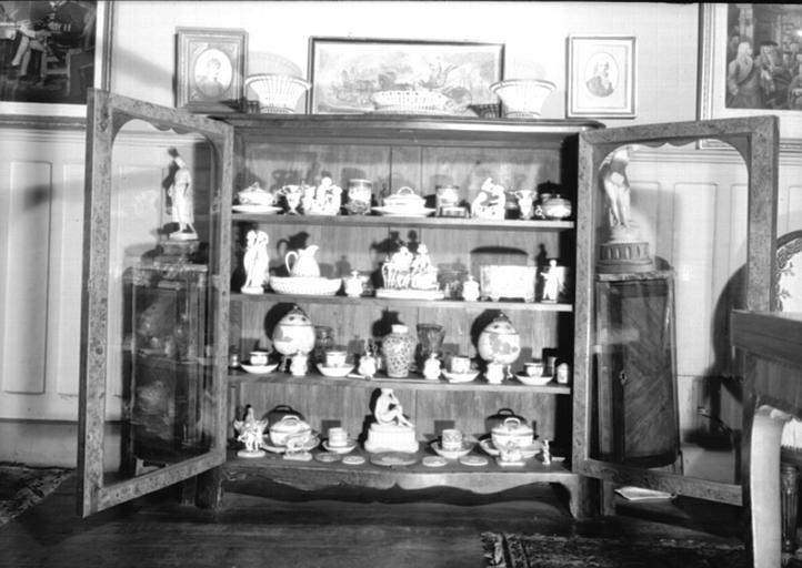 Vitrine basse avec porcelaines située dans le Petit Salon