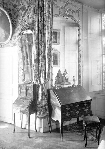 Bureau à abattant en marqueterie, glace encadrée de bois peint et doré, glace encadrée de bois doré d'époque Louis XV, situés dans la Grande Chambre d'Eté