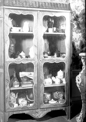 Vitrine avec porcelaines et verreries, située dans la Grande Chambre d'Eté