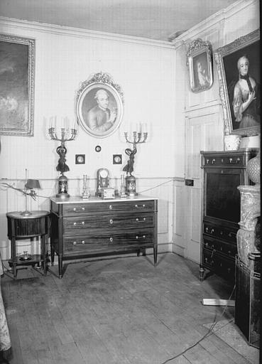 Commode, table de chevet bouillote, secrétaire, en acajou, Louis XVI, situés dans la Grande Chambre d'Hiver