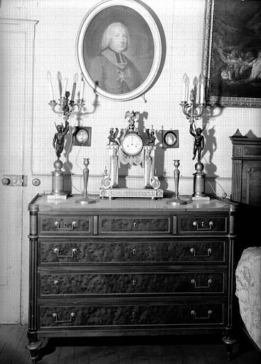 Commode en acajou Louis XVI, pendule en marbre et bronze avec paire de candélabres empire, situés dans la Grande Chambre d'Hiver