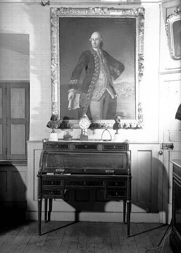 Bureau dos d'âne en acajou Louis XVI, portrait du Marquis d'Espinchal, situés dans la Grande Chambre d'Hiver
