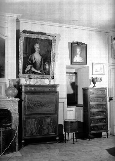Deux secrétaires et petite table à ouvrage en acajou, Louis XVI, situés dans la Grande Chambre d'Hiver