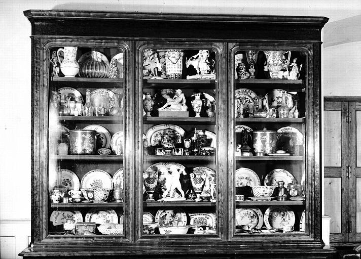 Buffet vitrine avec porcelaines, situé dans la Grande Chambre d'Hiver