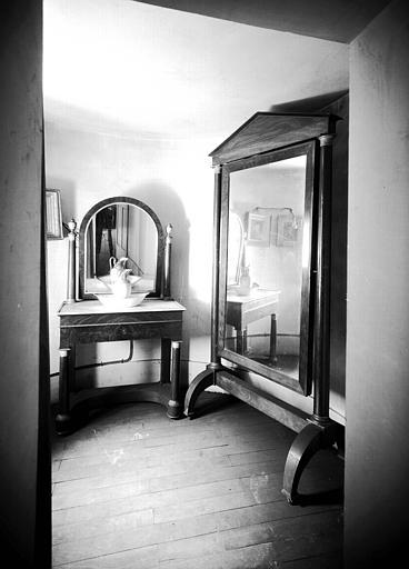 Table de toilette et psyché empire, situées dans la Grande Chambre d'Hiver