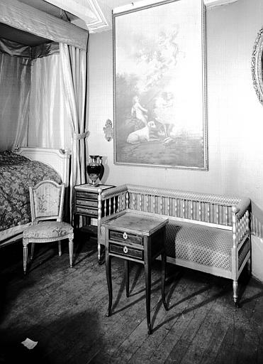 Lit en bois laqué, petite table de chevet Louis XVI, situés dans la Petite Chambre Bleue
