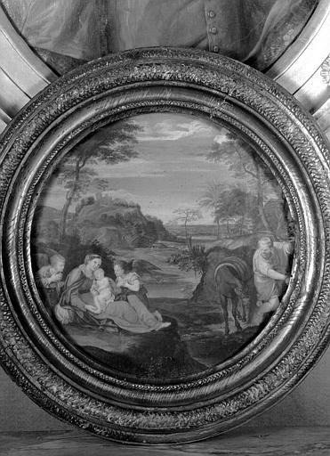 Panneau peint situé dans la Petite Chambre Bleue : médaillon en bois sculpté encadrant une Fuite en Egypte