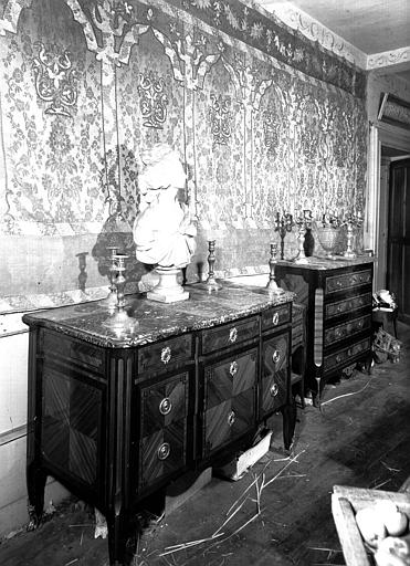 Tenture en soie arabe et deux commodes Louis XVI (supposé), situées dans la Chambre Longue