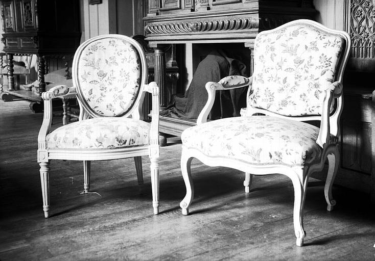 Fauteuil écusson Louis XV, fauteuil médaillon en bois peint et toile imprimée Louis XVI, situés dans la Chambre Longue