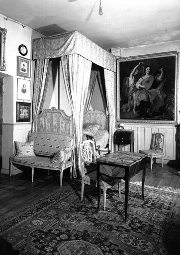 Vue d'ensemble du mobilier Louis XV situé dans la Chambre du Père