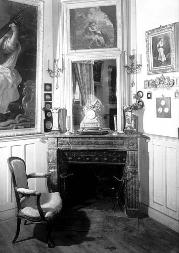 Cheminée avec trumeau, toile peinte Louis XVI et fauteuil Louis XV, situés dans la Chambre du Père