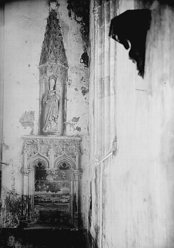 Piscine en pierre et statue en bois polychromé : Vierge à l'Enfant sous dais sculpté pyramidal