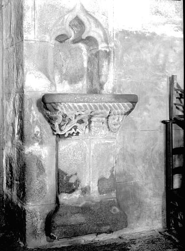 Bénitier en pierre encastré dans le mur