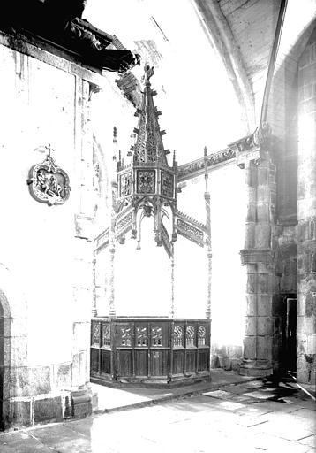 Baptistère en bois sculpté
