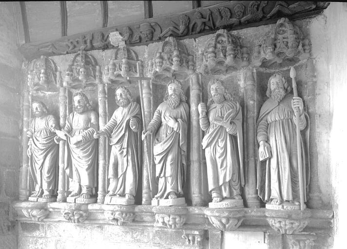 Porche : six statues d'apôtres en bois sous dais de pierre