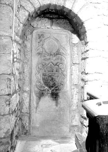 Dalle funéraire portant armoiries en pierre sculptée