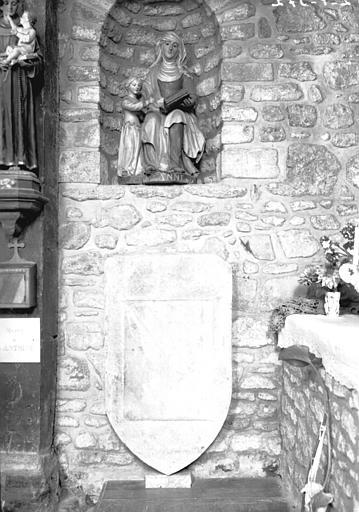 Groupe en bois de sainte Anne et de la Vierge et dalle funéraire en forme d'écu mi-parti Coetguen mi-parti Ruffler