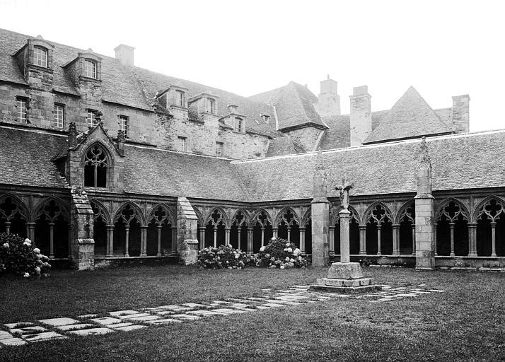 Cloître au nord de l'abside, angle nord-est