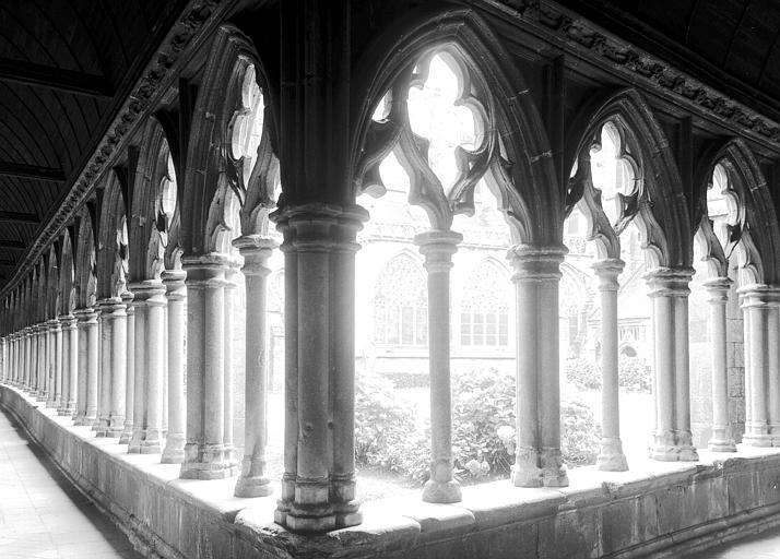 Cloître au nord de l'abside, angle des galeries nord et est