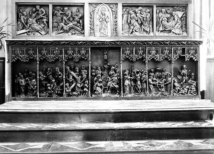 Tombeau d'autel en bois, hauts-reliefs : Calvaire et six scènes de la Passion