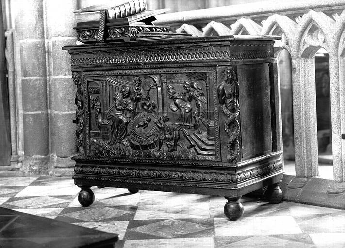 Coffre en bois sculpté