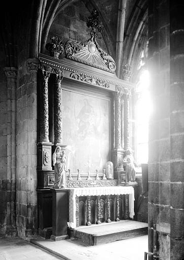 Retable et autel en bois sculpté