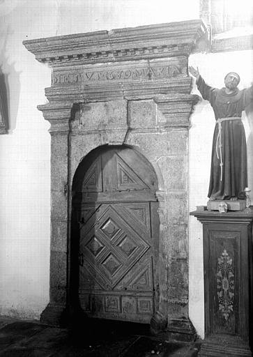 Vantail en bois mouluré et encadrement en pierre de la porte de la sacristie