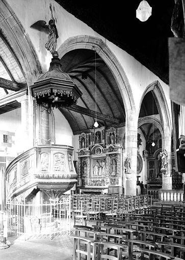 Chaire à prêcher en bois sculpté du 17e siècle et chapelles latérales nord
